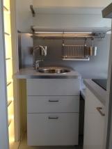 Jääkaappi ja keittolevyt oikealla