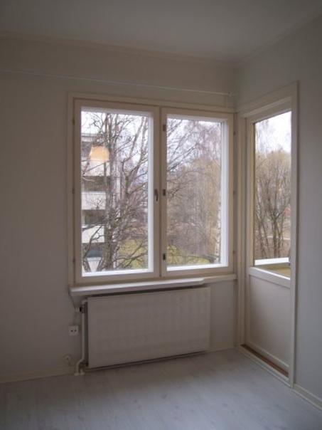 Oikealla ovi pienelle parvekkeelle