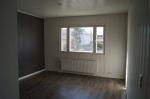 Tilava valoisa huone uusituilla pinnoilla