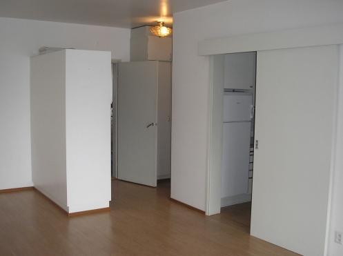 Alkovi vasemmalla, eteinen keskellä, keittokomero oikealla