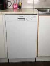 Uusi astianpesukone. Myös liesituuletin ja jääkaappi on uusittu.