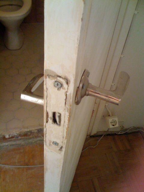Kylpyhuoneen ovi ennen