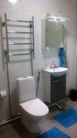Täysin uusittu kylpyhuone kalusteineen