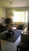 Tilava huone, johon mahtuu sohva