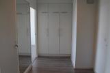 Takana vasemmalla makuuhuoneen oviaukko