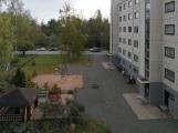 Sisäpihaa, asunnon ikkunat talon toiselle puolelle