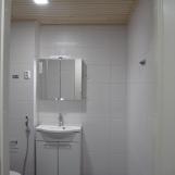 Kylpyhuoneen ovelta, oikealla pesukoneen paikka