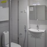 Kylpyhuoneen ovelta, suihku vasemmalla