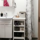 Kylpyhuoneen ovelta, wc-istuin ja suihku oikealla