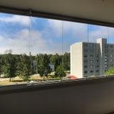 Näkymä lasitetun parvekkeen ovelta